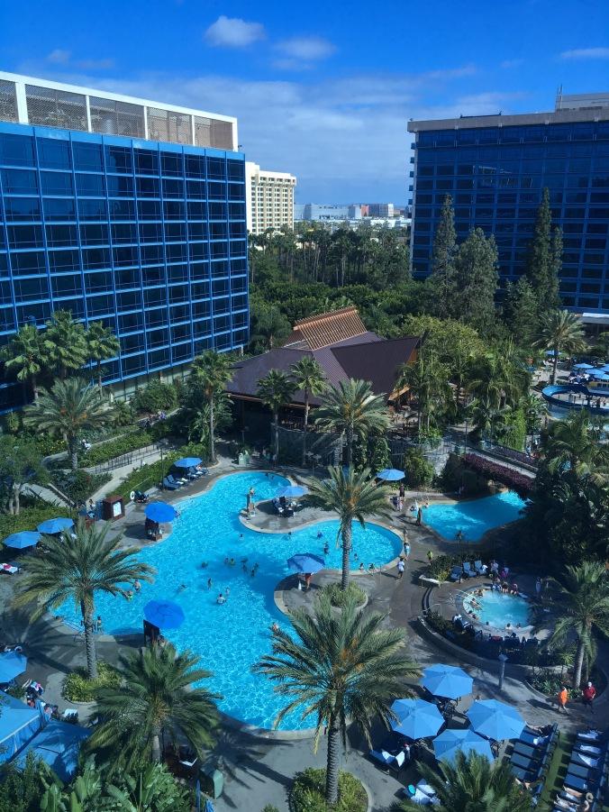 Poolområdet på Disneyland Hotel.