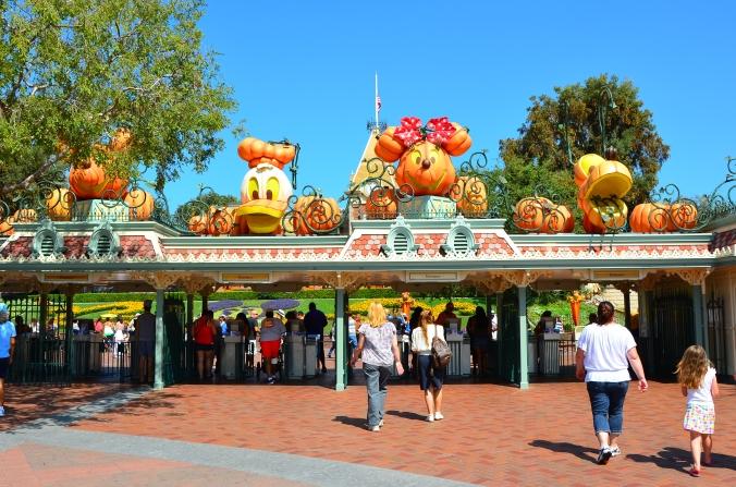 Halloween-dekorationer vid entrén till Disneyland Park.