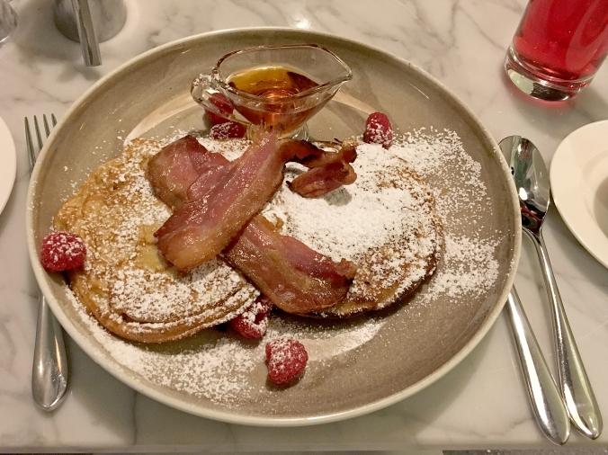 Pannkakor och bacon till frukost.